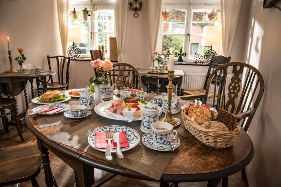 Wer möchte sich hier nicht direkt an den Tisch setzen? Herzlich willkommen im Teestübchen im Schnoor. (c) Christian Kruse / Teestübchen im Schnoor