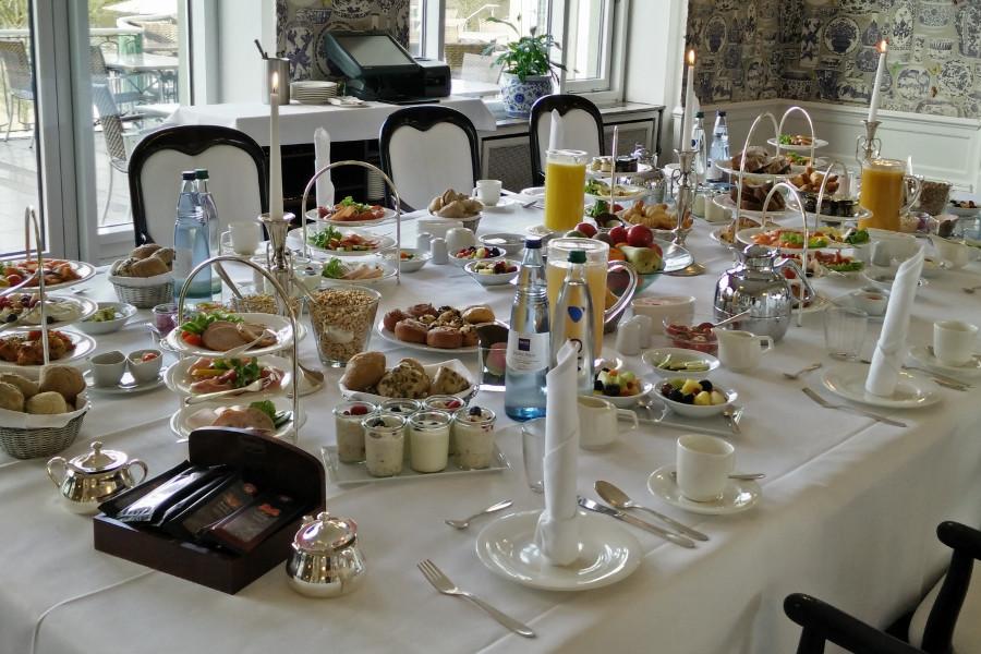 Ein reich gedeckter Tisch, entspannte Atmosphäre und sehr guter Service - ein privates Frühstück im Family Style im Dorint Park Hotel Bremen.