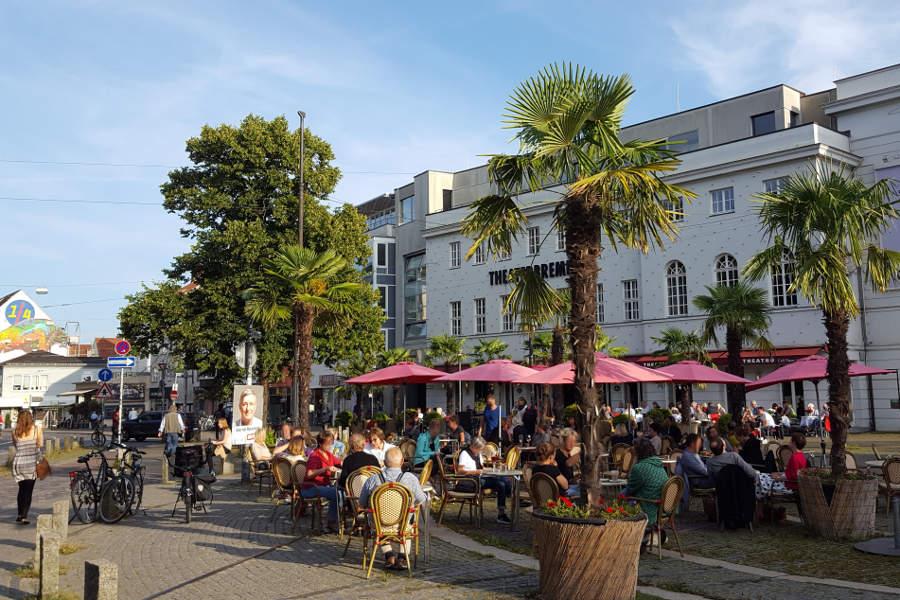 Frühstücken unter Palmen - gerade im Sommer lockt der Platz vor dem Theater am Goetheplatz viele Freunde eines guten Brunchs an.
