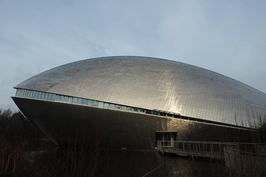 Gestrandetes Raumschiff? Zumindest könnte man sich das einbilden. Im Innern ist eine Erlebnisausstellung zu den Themen Mensch, Natur und Technik zu besichtigen.