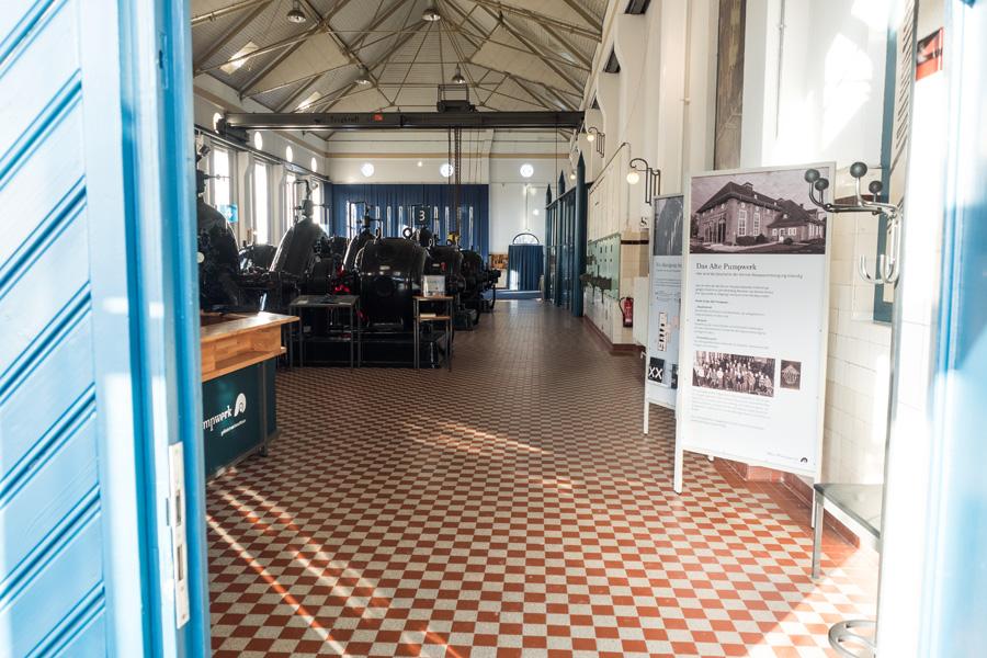 Hereinspaziert! Im hinteren Teil der Halle finden regelmäßig Konzerte statt.