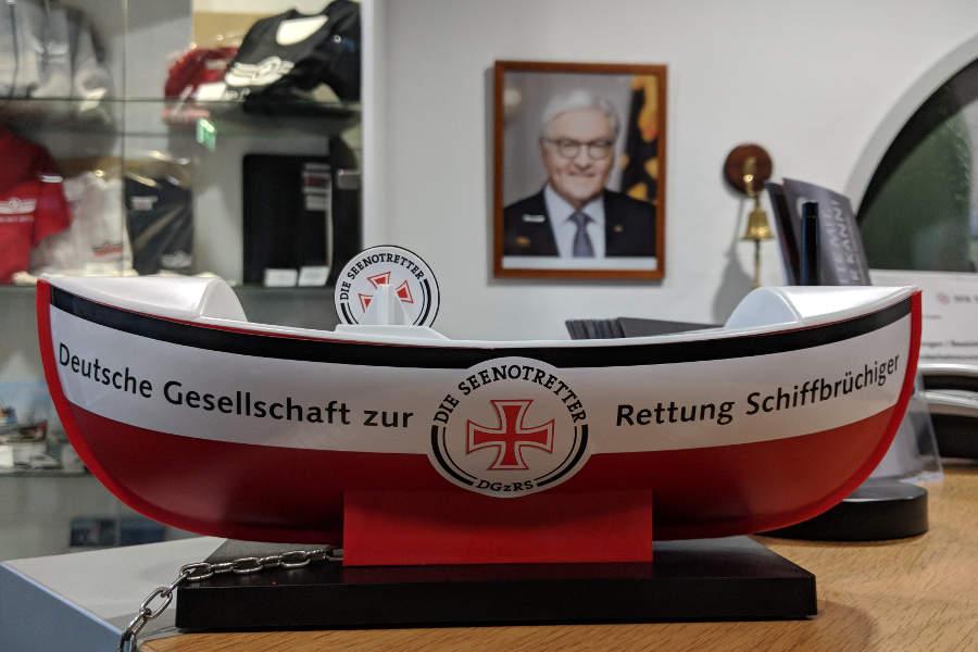 Eines der bekannten Sammelschiffchen der DGzRS. Im Hintergrund überblickt Bundespräsident Frank-Walter Steinmeier das Geschehen. Traditionell ist das amtierende Staatsoberhaupt Schirmherr der Seenotretter.