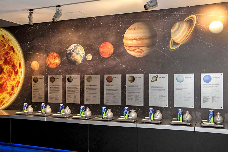 Auf jeden Planeten ein anderes Gewicht: Die Tabletts mögen alle gleich aussehen, wiegen aber je nach Planet ziemlich unterschiedlich.