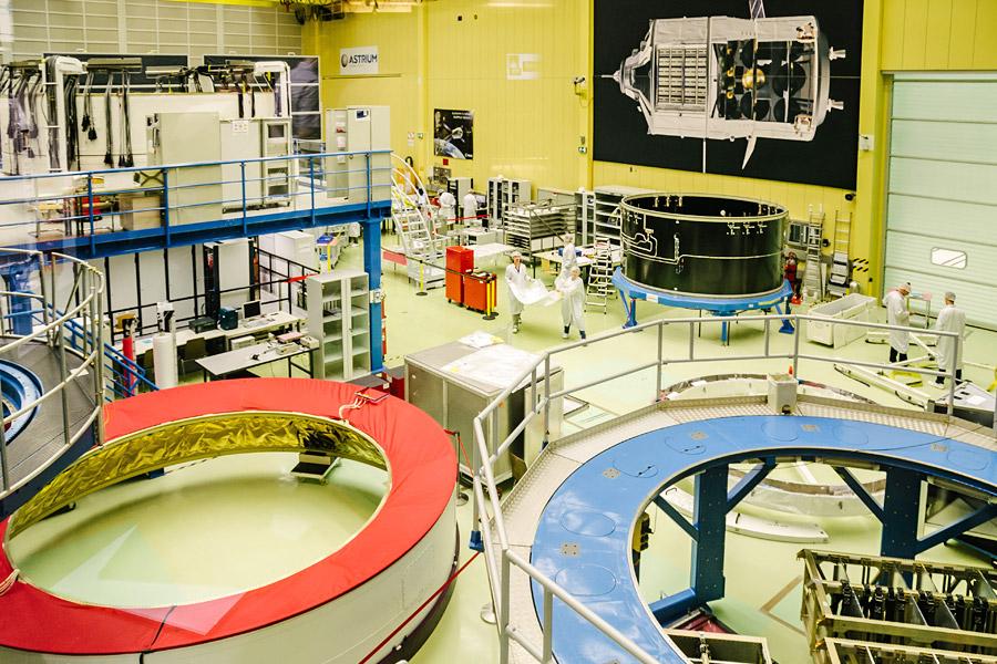 Hier kann ein Staubsauger nichts mehr ausrichten: Im Clean Room werden wichtige Komponenten der Ariane 5 und Weltraumlabore produziert.