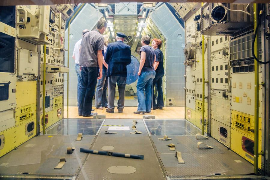 Blick ins Spacelab: Alles voll mit Schlaufen und Klettverschlüssen, damit nichts und niemand einfach davon schwebt.