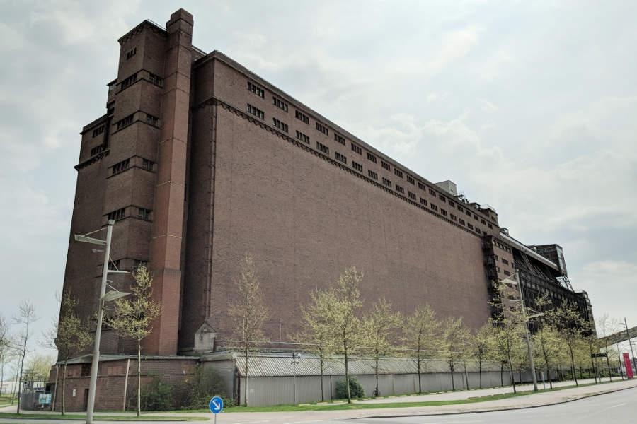 Der Koloss - Europas größte zusammenhängende Backsteinmauer gibt der Getreideverkehrsanlage den passenden Beinamen.