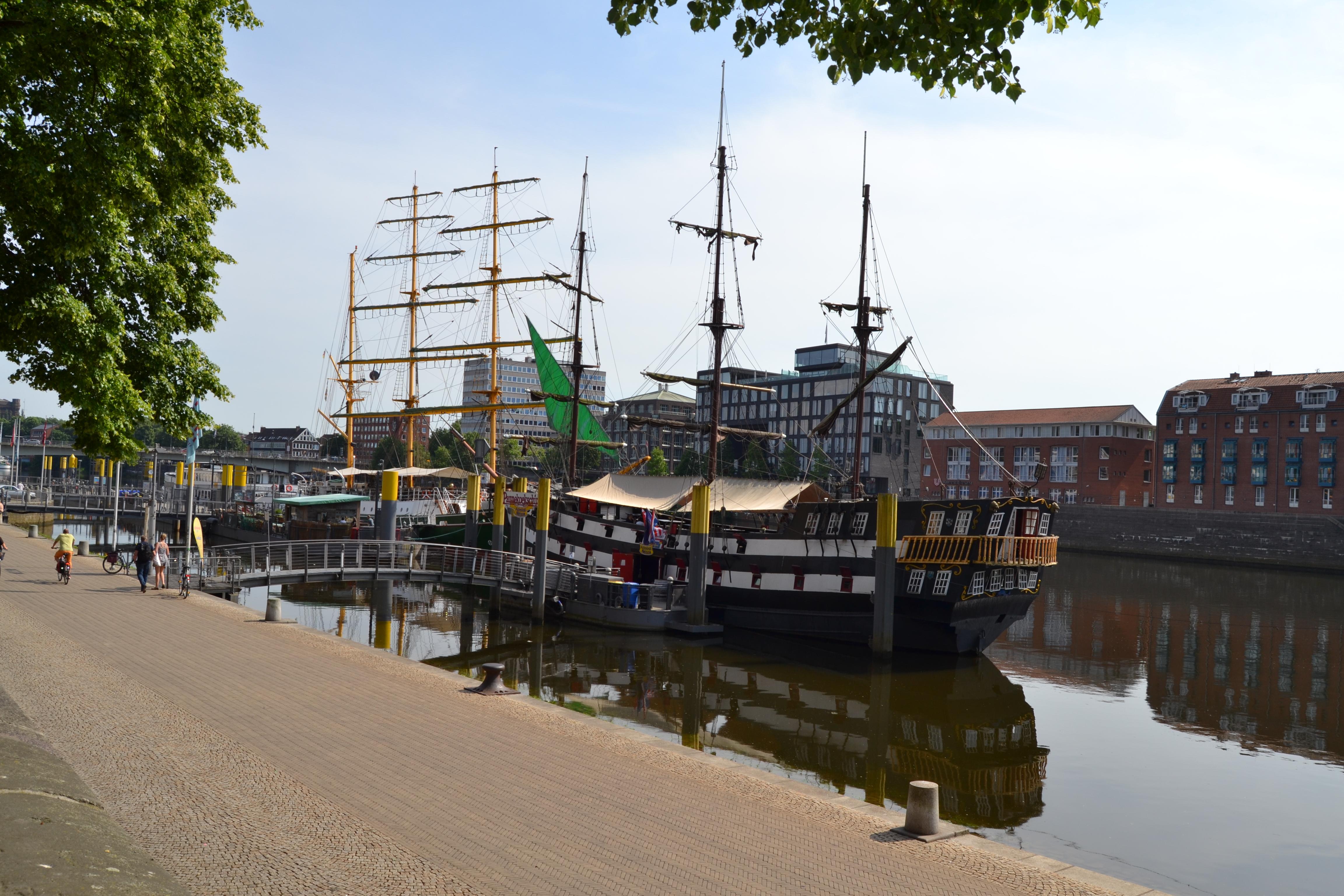 Die Alexander von Humboldt liegt an der Schlachte in Bremen.