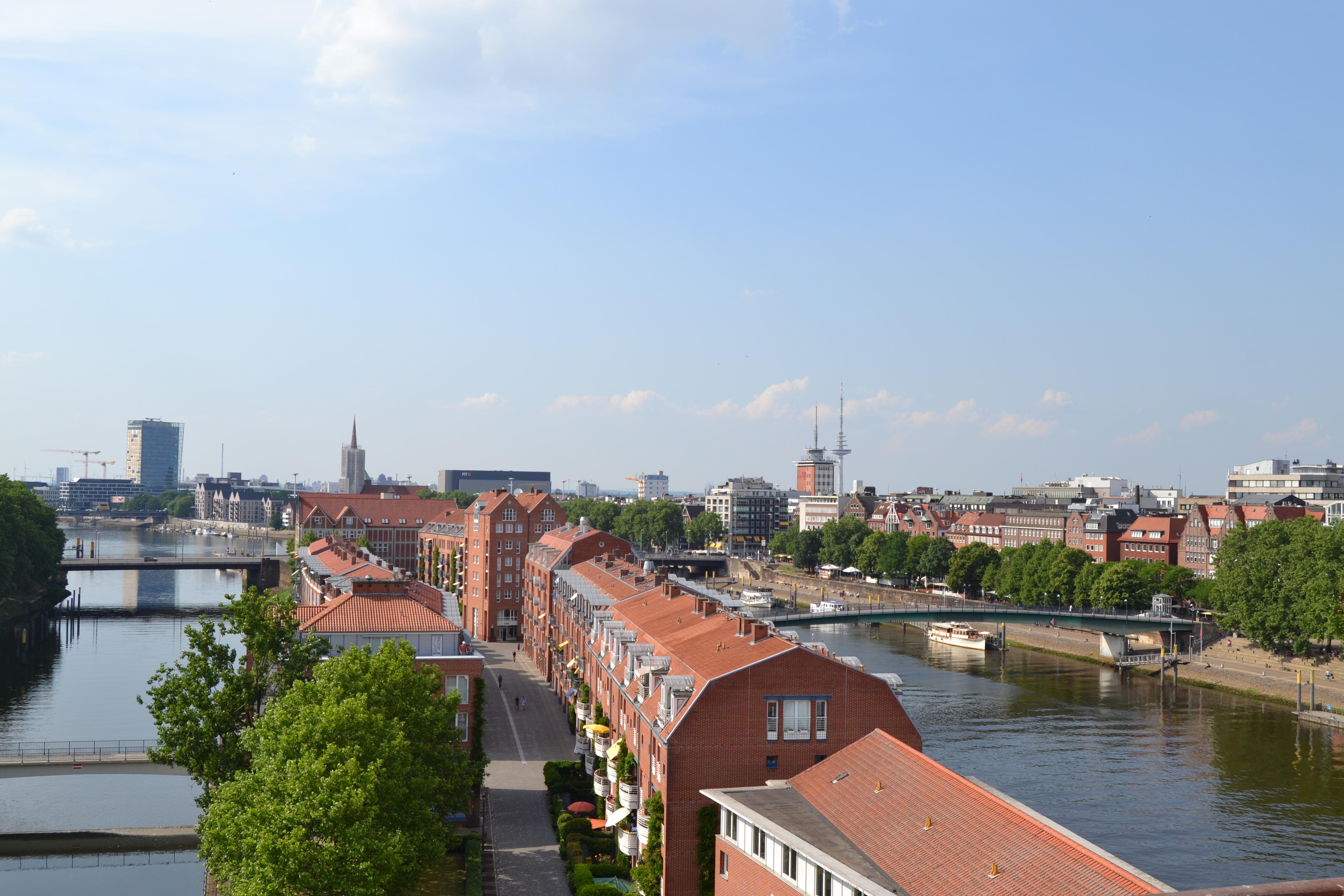 Über den Dächern von Bremen blicken wir in Richtung Überseestadt.