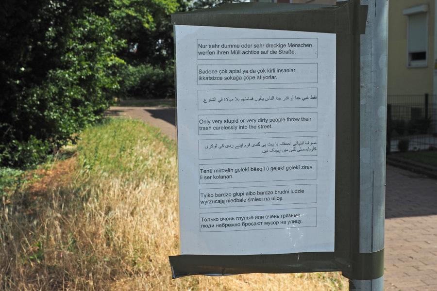 Wenn eine nachbarliche Botschaft in acht Sprachen aufgehängt wird, dann verrät das einiges über die Vielfalt im Quartier :)
