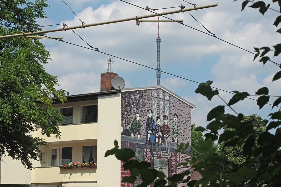 """Straßen- sowie Hauswandkunst sind auch in Walle an fast jeder Ecke zu finden. Hier die """"Waller Jungs"""" von Klaus Halfar."""