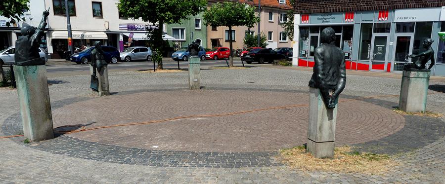 """Auf dem Wartburgplatz haben sich sechs bronzene Zeitgenossen zusammen gefunden. Sie führen hier seit 1981 die """"Waller Gespräche"""". Künstler: Jan Irps und Bernd Altenstein."""
