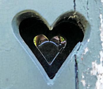 Ungewolltes Selfie - Herz in den Fensterläden