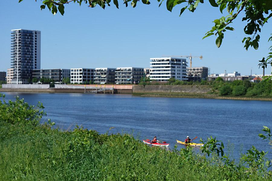 Wassersport vor Überseestadt-Kulisse