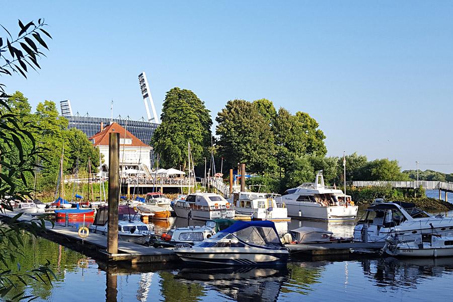 Der Stadion-Schiffsanleger - ganz rechts - am Weserbogen