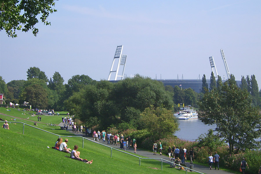 Das Weser-Stadion mit Schiffsanleger