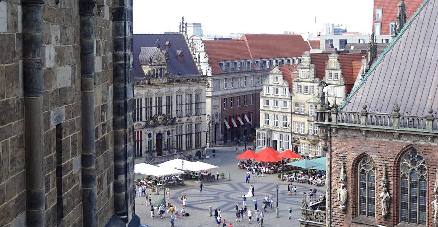 Am Ende des Balkons kann man den Marktplatz sehen