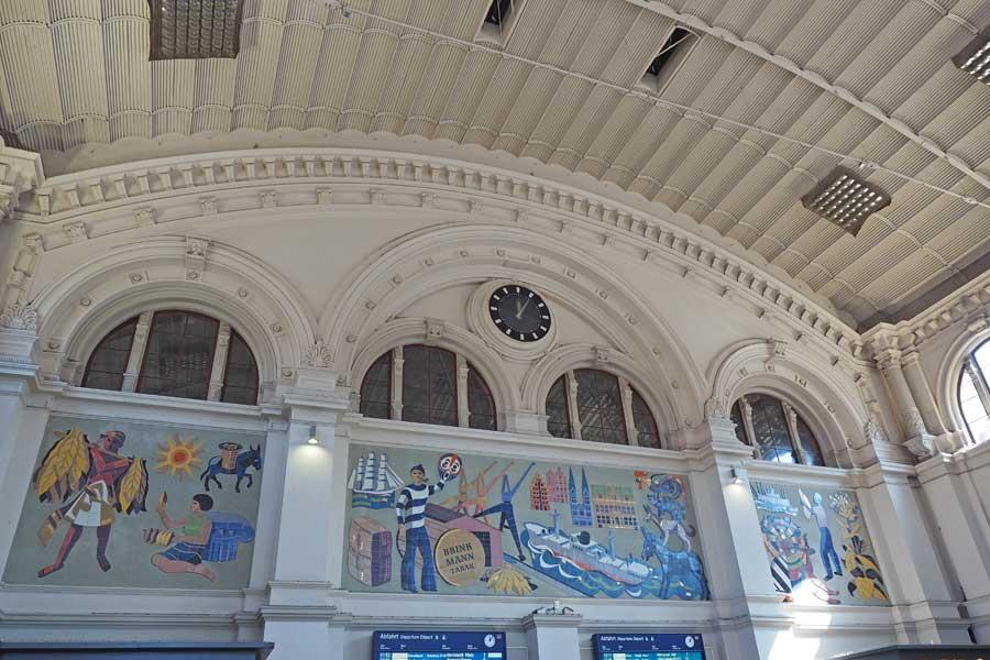Das Fliesenmosaik stammt aus den 1950er Jahren und wurde im Zuge von Baumaßnahmen wieder freigelegt.
