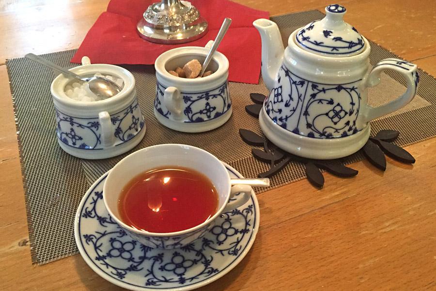 Wer's ganz offiziell gemütlich haben möchte, kauft oder genießt vor Ort seinen Tee im Teestübchen Schnoor. (Foto: Lea Kleinspehn)