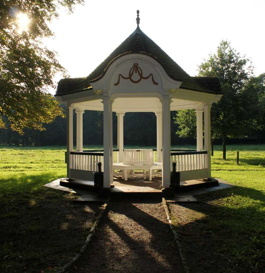 So sieht der Gerdespavillon übrigens bei schönem Wetter aus :)