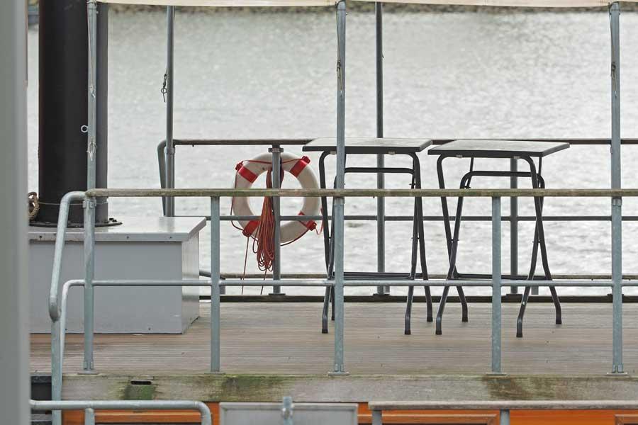 """...oder bei schönem Wetter in der Abendsonne an Deck sitzen und von der """"Weser"""" auf die Weser gucken."""