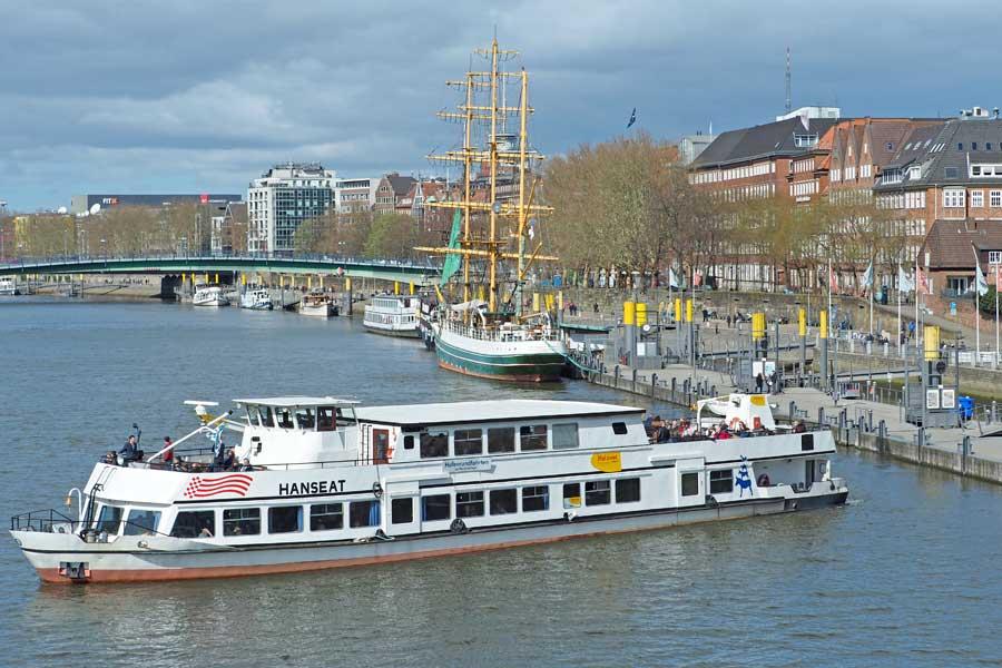 """Vom Martinianleger starten regelmäßig die """"Hanseat"""" und weitere Schiffe der """"Halöver""""-Flotte in Richtung Hafen zur Rundfahrt."""