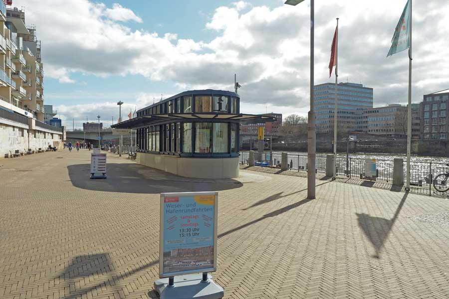Auf der einen Seite des Martinipavillons Tickets für die Schiffsrundfahrt kaufen, auf der anderen Seite sich die Zeit mit einem Getränk und einem Snack vertreiben. Immer mit Blick auf die Weser.