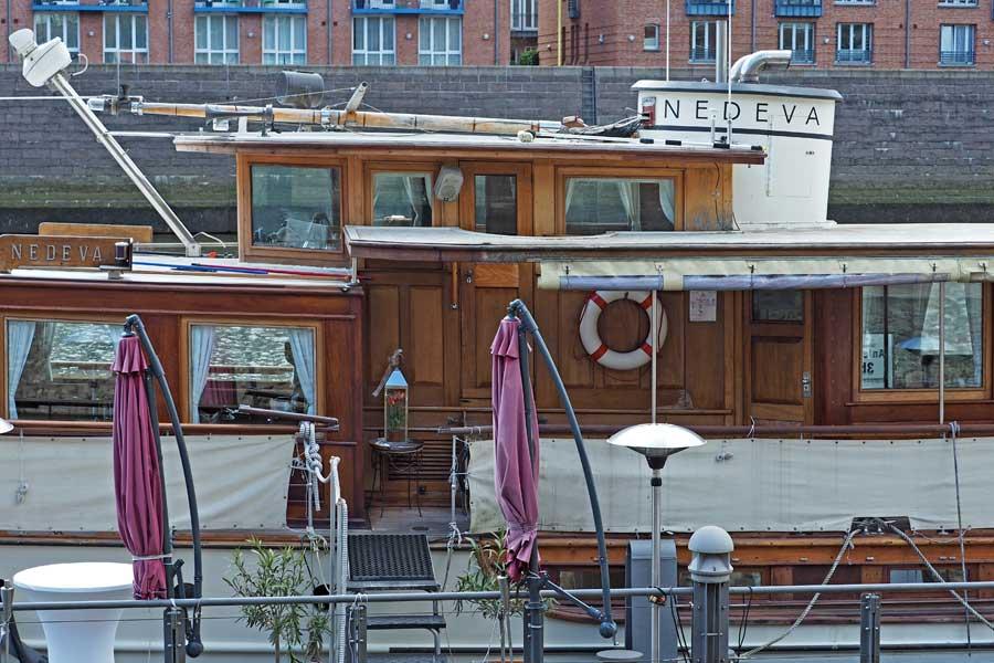 Passt ganz gut: Ein Hochzeitsschiff gehört natürlich auch in eine Hansestadt.