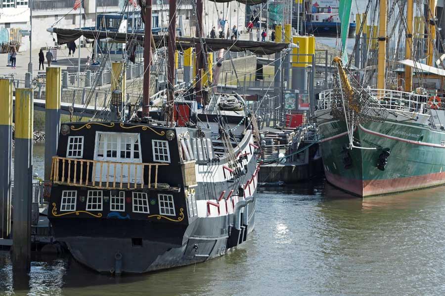 """Am Heck der """"Admiral Nelson"""" sehe ich sofort Captain Jack Sparrow und Kollegen stehen ;-)"""