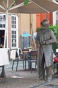 Leicht gebückte Haltung, ein schmuddeliger Lodenmantel, der Gehstock als Stütze: So traf man Heini Holtenbeen im 19. Jahrhundert auf dem Bremer Marktplatz an.