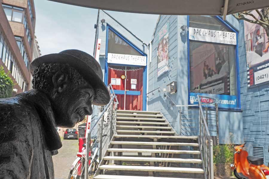 Vorm Packhaus Theater steht die Skulptur von Klaus Homfeld seit 1990.