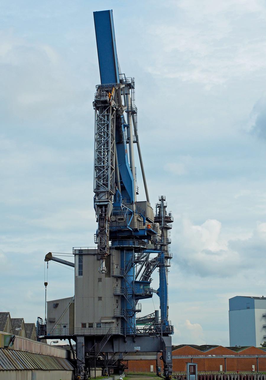 Die zwei Fördertürme am Rand des Hafenbeckens saugen bzw. heben die Fracht empor und befördern sie ins Speicherinnere.