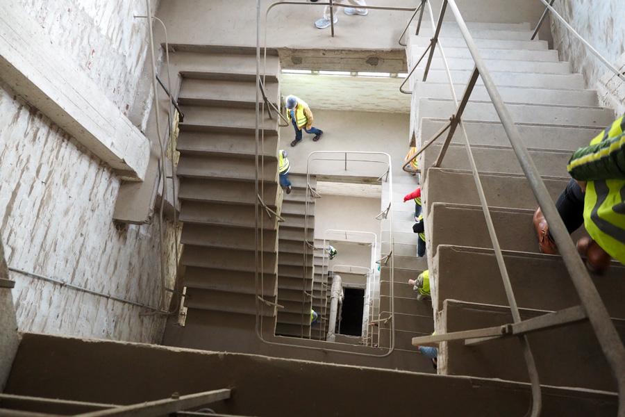 Treppen und Fahrstühle verbinden die zahlreichen Stockwerke.