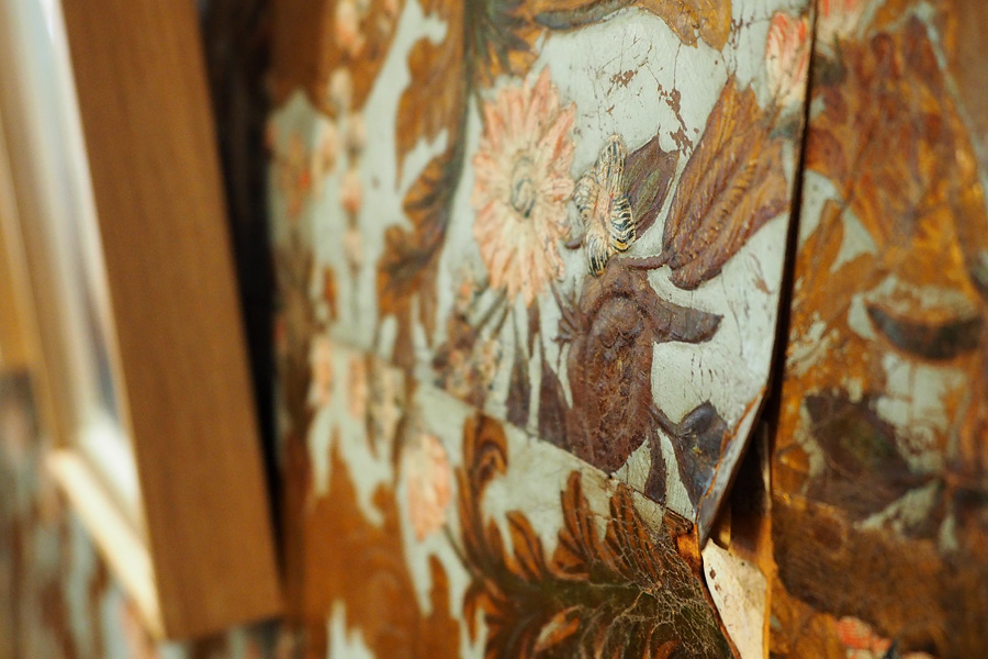 Geprägt und bemalt: die Ledertapete im Esszimmer schafft das passende Ambiente.