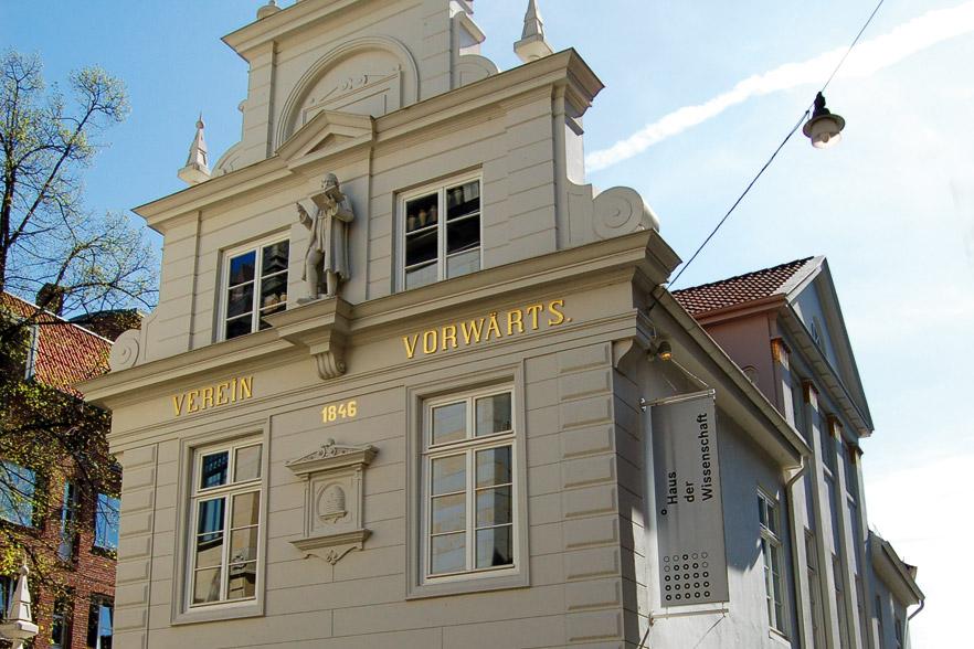 """Ein Haus, das Wissen schafft: Im """"Haus der Wissenschaft"""" gibt es Vorträge und regelmäßig wechselnde Ausstellungen. Foto: Haus der Wissenschaft"""