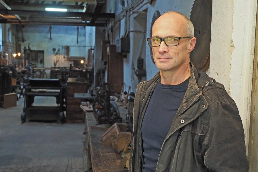 Frank Baethke ist 1. Vorsitzender des Fördervereins und freut sich über Interesse an dem Schatz, den das Tischlerei-Museum beherbergt.