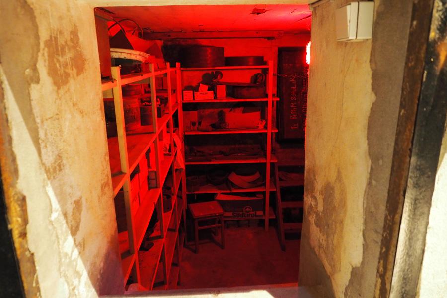 Im Innern der Anlage verbirgt sich sogar ein kleiner Luftschutzbunker. Immerhin hat die Tischlerei zwei Weltkriege überdauert. Ende 1943 fiel sie im Krieg einem Brand zum Opfer, konnte aber in Teilen gerettet und wieder aufgebaut werden.