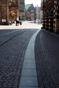 Schon etliche Male gesehen, und doch nicht wahrgenommen: Die Nägel im Boden, die einen an so wichtige Punkte der Stadt geleiten.